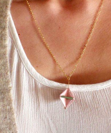 Collar geométrico chapado en oro.
